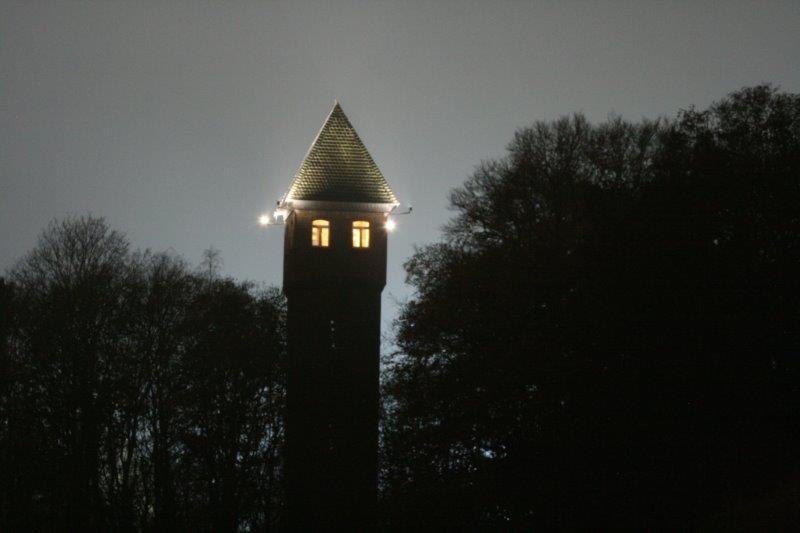 Wasserturm beleuchtet Schaft