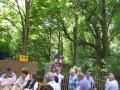 Besucher und Holzturm